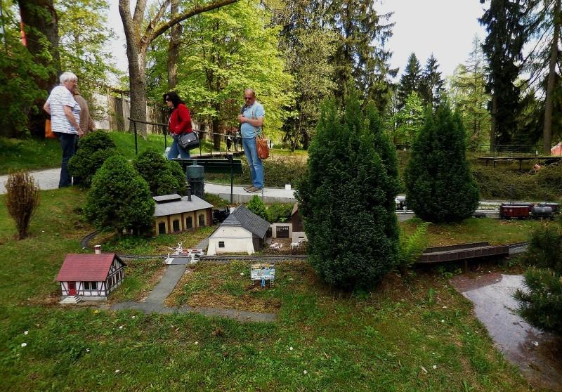 modelové kolejiště s památníkem Vítězslava Hálka